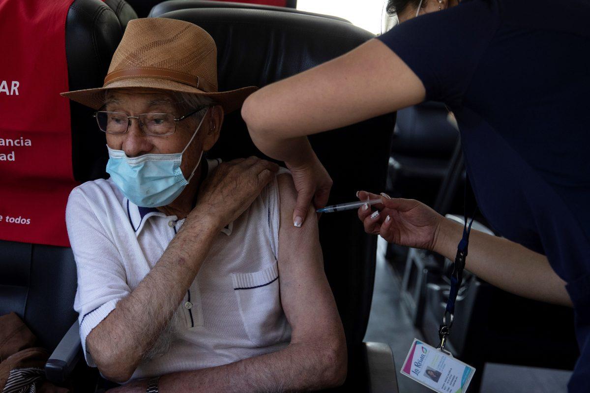 La OMS recomienda la vacuna de AstraZeneca, la que vendrá a Guatemala, para personas mayores de 65 años