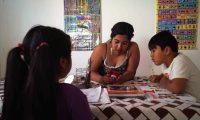 ACOMPAÑA CRÓNICA: CORONAVIRUS MUJER. MEX01. SAN CRISTÓBAL DE LAS CASAS (MÉXICO), 03/02/2021.- La mexicana Daniela Lizet Villegas (c) acompaña a sus hijos Carlos e Isabela en sus tareas el 2 de febrero de 2021, en San Cristóbal de las Casas, estado de Chiapas (México). Para la mujer americana no ha sido suficiente esquivar el virus, sino que también ha tenido que sobreponerse a un terremoto laboral del sector servicios con la caída del turismo, del consumo y la actividad económica en general, mientras hacían malabarismos con el presupuesto doméstico, la vida familiar y la educación de los hijos en confinamiento. EFE/ Carlos López