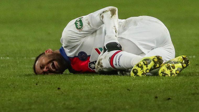 El delantero del Paris Saint Germain, Neymar  ha sido víctima de constantes lesiones que ponen en duda su estilo de vida. (Foto Prensa Libre: EFE).
