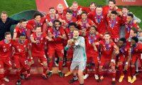 Al Rayyan (Qatar), 11/02/2021.- Bayern Munich players celebrate with the Club World Cup trophy after winning the final soccer match between Bayern Munich and Tigres UANL at the FIFA Club World Cup in Al Rayyan, Qatar, 11 February 2021. (Mundial de Fútbol, Catar) EFE/EPA/NOUSHAD THEKKAYIL