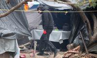 MEX4934. MATAMOROS (MÉXICO), 12/02/2021.- Un hombre camina por un campamento para migrantes ubicado a orillas del río Bravo hoy, en la ciudad de Matamoros, estado de Tamaulipas (México). Los migrantes varados desde hace meses en la mexicana Matamoros debido al protocolo del expresidente de Estados Unidos Donald Trump recuperaron este viernes sus ilusiones y sueños tras el anuncio de Joe Biden de reabrir sus casos de asilo. EFE/ Abraham Pineda-Jácome