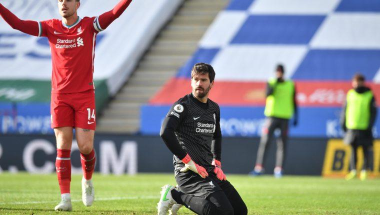 Jordan Henderson (y el portero  Alisson reaccionan en uno de los goles del  Leicester City en el partido de la Premier League disputado este sábado. (Foto Prensa Libre: EFE).