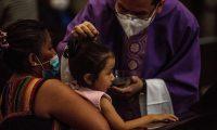 AME6418. CIUDAD DE GUATEMALA (GUATEMALA), 17/02/2021. Feligreses cátolicos participan en la misa del Miércoles de Ceniza en la Catedral Metropolitana en el Centro de la Ciudad de Guatemala. En Guatemala debido al Covid-19 los sacerdotes dejan caer ceniza sobre los feligreses en lugar de dibujar la cruz en la frente para evitar el contacto. EFE/ Esteban Biba