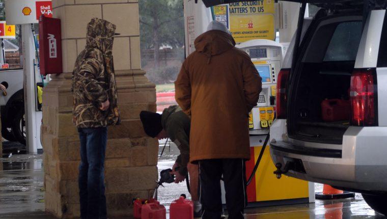 Plantas de refinación y pozos petroleros en Texas suspendieron operaciones esta semana por la temporada de frio, que provocó alza del barril de petróleo. (Foto Prensa Libre: EFE)