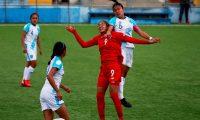 AME7003. SANTA CATARINA PINULA (GUATEMALA), 19/02/2021.- La panameña Aryanis Arguelles (i) disputa el balón con la guatemalteca Gloria Aguilar (d) hoy, durante un partido amistoso entre las selecciones femeninas de Guatemala y Panamá, en Santa Catarina Pinula (Guatemala). La selección femenina de Panamá se reivindicó este viernes de la derrota por 3-1 sufrida el martes ante la de Guatemala al golear por 0-3 a sus mismas adversarias en el estadio Pinula Contreras. EFE/ Esteban Biba
