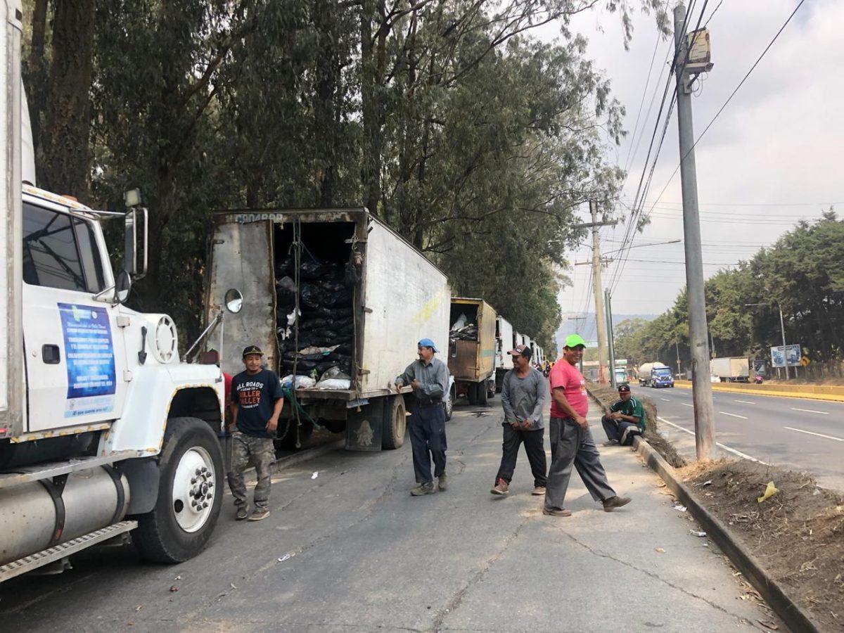 Recolectores amenazan con vaciar camiones frente a Amsa, que ofreció reabrir este viernes el vertedero