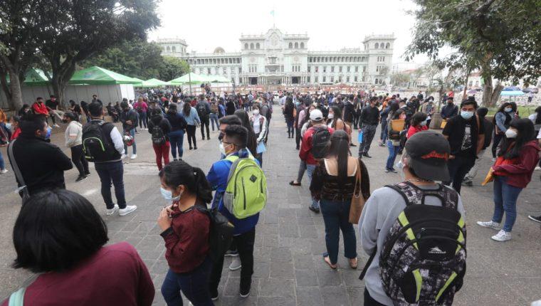 """Decenas de Guatemaltecos participaron en la feria """"Empleo en tu zona"""". (Foto Prensa Libre: Érick Ávila)"""