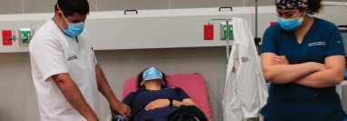 Personal del Hospital General San Juan de Dios recibe la primera dosis de la vacuna contra el coronavirus. (Foto Prensa Libre: Élmer Vargas)