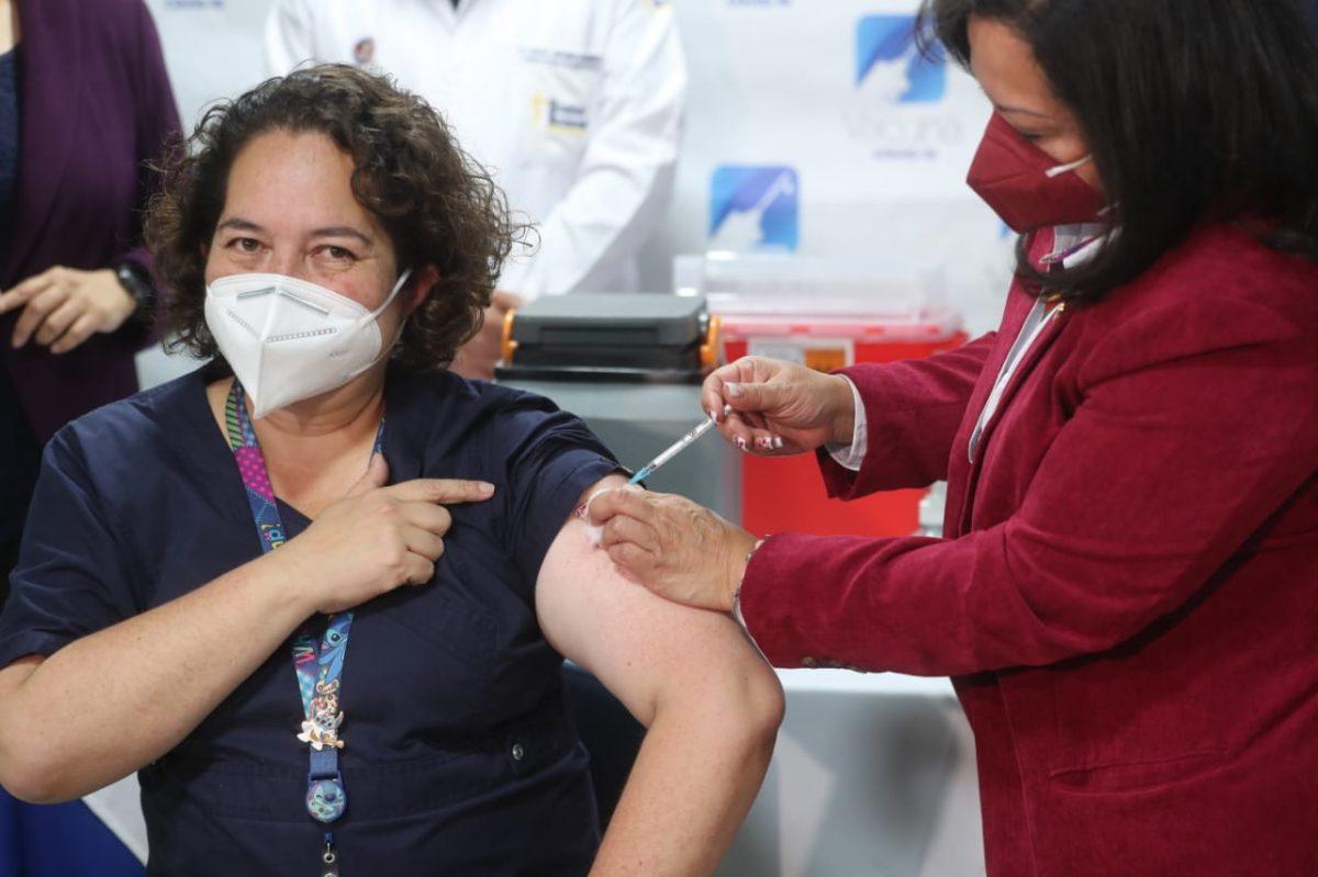 Fotogalería: los rostros de los trabajadores de primera línea que recibieron la vacuna contra el coronavirus en Guatemala