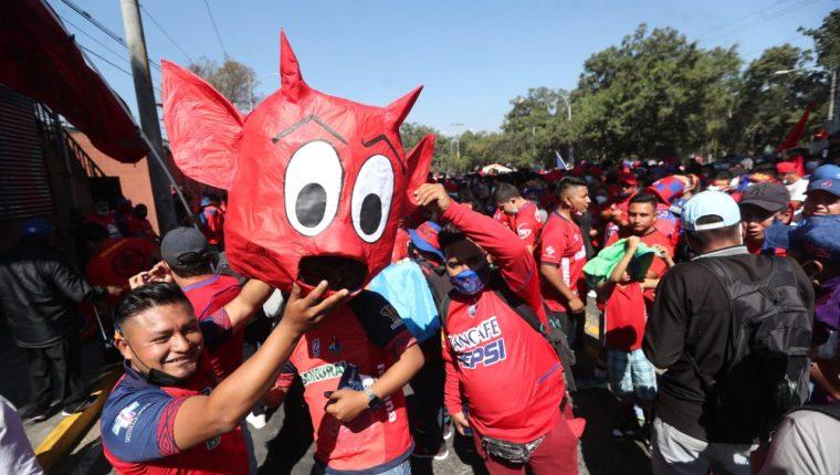 Un buen número de aficionados rojos se reunió en las afueras del estadio El Trébol. (Foto Prensa Libre: Érick Avila).