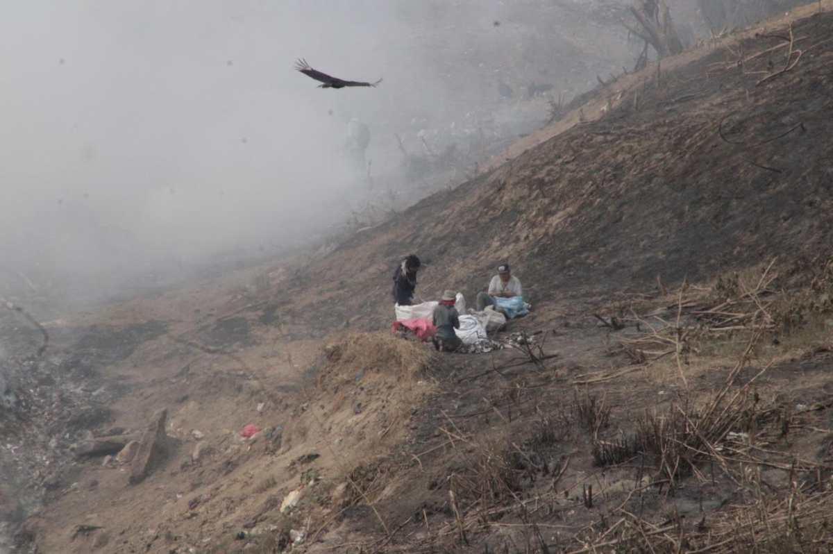 """""""No se aguantan más de 30 minutos"""": recolectores buscan materiales en medio del incendio en Amsa"""