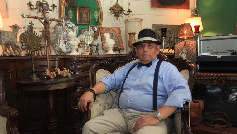 Sergio Cruz, quien se dedica a la fotografía desde hace cuatro décadas y a la colección de antigüedades desde hace 25 años, en el estudio Foto Rex, que fue heredado de su padre. (Foto Prensa Libre: Byron García)