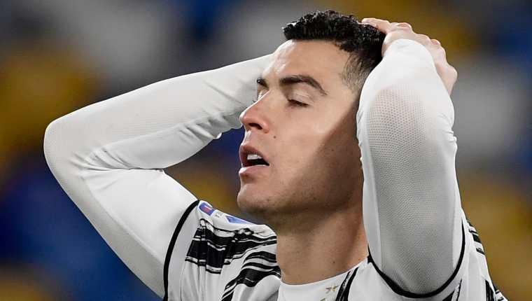 Cristiano Ronaldo reacciona, después de perder una opción a gol de la Juventus frente al Nápoli. (Foto Prensa Libre: AFP).
