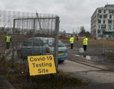 """Un vehículo entra en una instalación temporal de pruebas de covid-19 en Moston, cerca de Manchester, el 19 de febrero de 2021, cuando un puñado de casos de una """"variante preocupante"""" de covid-19 ha aparecido en la zona. (Foto Prensa Libre: AFP)"""