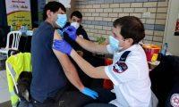 Un paramédico aplica una vacuna contra el covid-19 a un ciudadano palestino. Foto: AFP