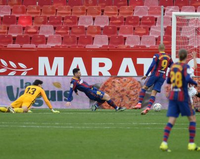 El Barcelona supera al Sevilla y mira al título de la Liga