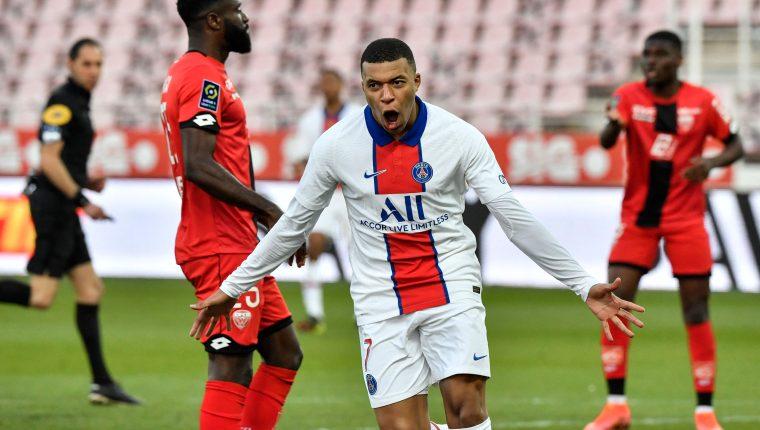 Kylian Mbappe celebra uno de los goles en el triunfo del París SG. (Foto Prensa Libre: AFP).