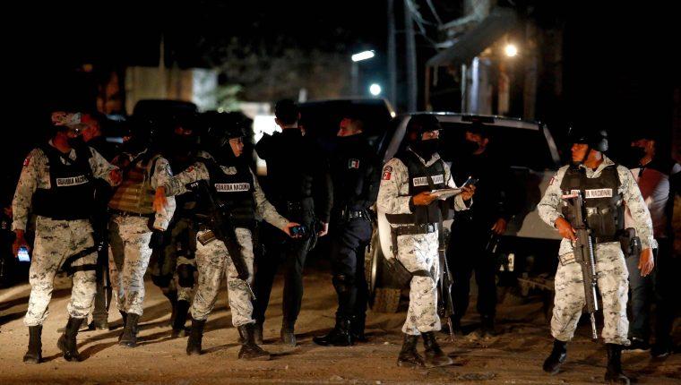 Integrantes de la Guardia Nacional en el sitio en donde fueron ejecutadas 11 personas que estaban en una fiesta en Tonalá, Guadalajara, Jalisco. (Foto Prensa Libre: EFE)