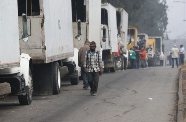 Camiones hacen fila para ingresar el vertedero de Amsa. (Foto Prensa Libre: Érick Ávila)