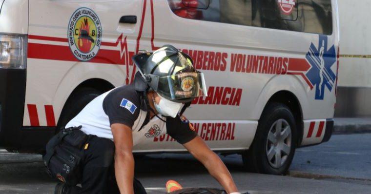 Una de las víctimas murió en el lugar del ataque armado en la zona 1 de la capital. (Foto Prensa Libre: Bomberos Voluntarios)