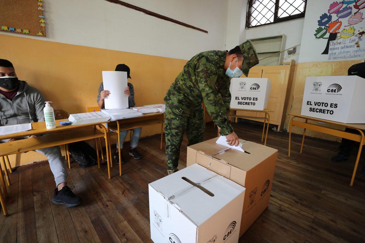 Abren colegios electorales en Ecuador en jornada de comicios generales
