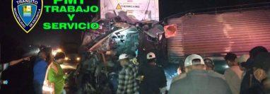 Cuatro muertos y 15 heridos deja accidente de tránsito entre un bus y un tráiler en km 70 de la ruta al Pacífico, Escuintla. (Foto Prensa Libre: PMT Escuintla)