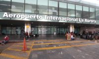 Varios guatemaltecos esperan en la entrada del Aeropuerto Internacional la Aurora para poder viajar a Canada a trabajar con una empresa que les ha ofrecido trabajo.   Fotograf'a. Erick Avila:              26/04/2020