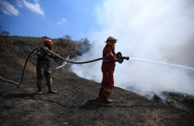 Bomberos trabajan para controlar incendio en basurero de Amsa. (Foto Prensa Libre: Carlos Hernández)