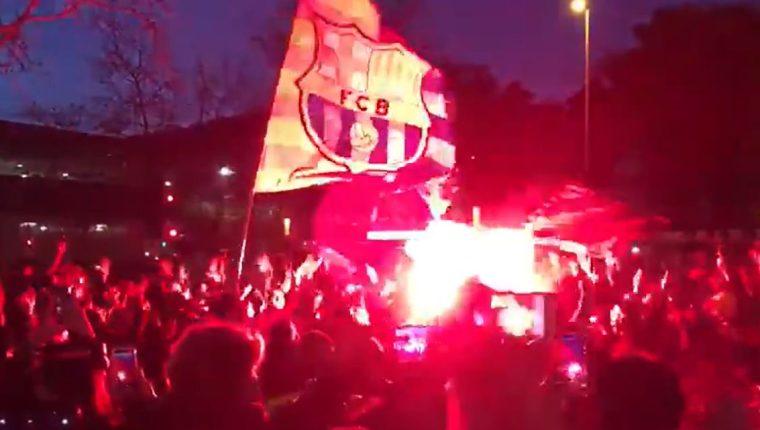 Aficionados del Barcelona hacen fiesta fuera del Camp Nou. (Foto Prensa Libre: Captura Twitter El Chiringuito)