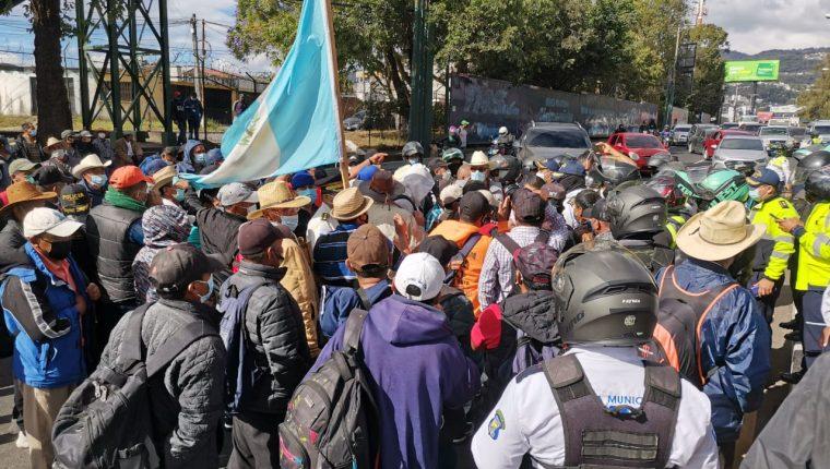 Exmilitares bloquean el tránsito en las rutas Interamericana y Atlántico. (Foto Prensa Libre: Érick Ávila)