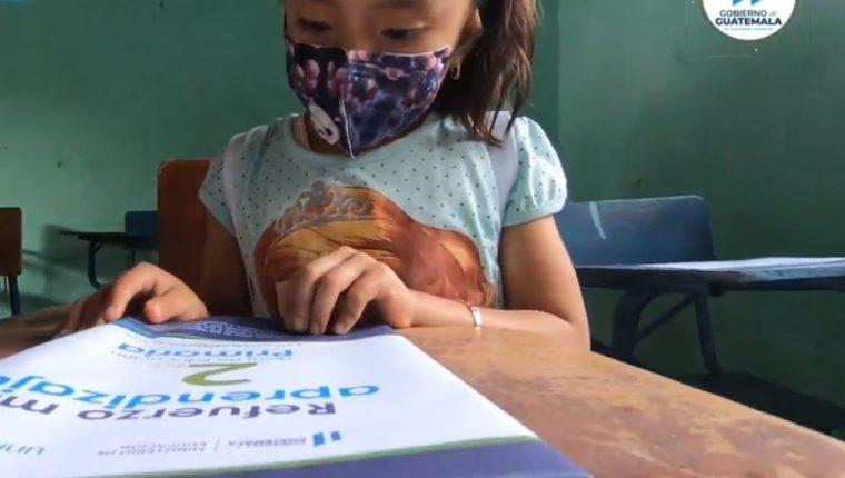 Una de las estudiantes de la Escuela Oficial Urbana No. 2 barrio El Calvario, en Santa Catalina La Tinta, donde se inauguró el ciclo escolar. (Foto Prensa Libre: Tomada de Canal de Gobierno)