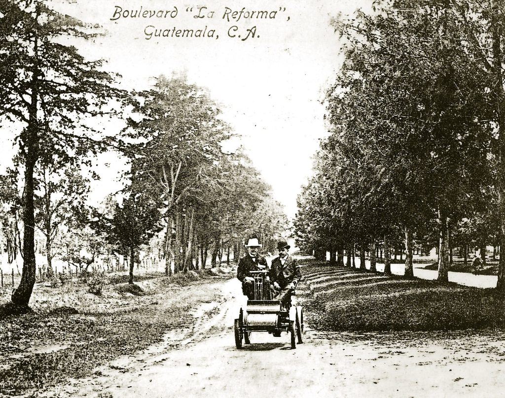 En 1903, arriba a Guatemala el primer automóvil que sorprende a los capitalinos. Algunos se santiguan del susto, mientras otros comienzan a presagiar accidentes por este novedoso medio de transporte. Foto: Hemeroteca PL