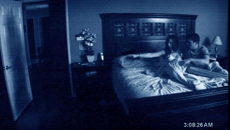 En la primera entrega de esta película Después de mudarse a una casa suburbana, una pareja se ve cada vez más perturbada por una presencia demoníaca nocturna.  (Foto Prensa Libre: Actividad Paranormal)