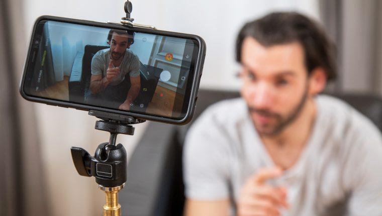 Un trípode con soporte es suficiente para comenzar. Los móviles inteligentes realizan buenos vídeos. Foto Prensa Libre: Christin Klose/dpa