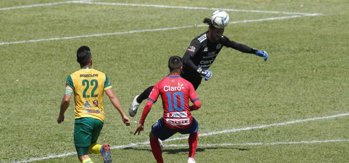Las 2 jugadas polémicas en el triunfo de Guastatoya sobre Municipal y qué hubiera marcado el VAR