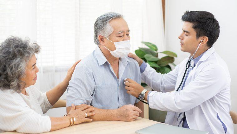 Los chequeos médicos constantes ayudan a detectar algún cáncer en etapa temprana, por lo que los tratamientos podrían ser menos invasivos. (Foto Prensa Libre: Shutterstock).
