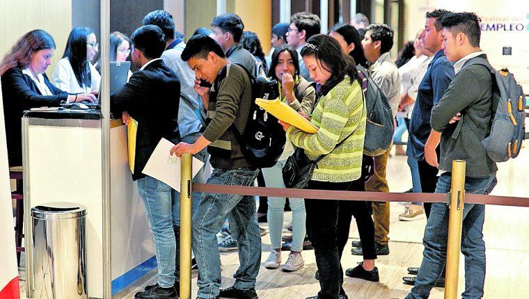 A las ferias de empleo suelen llegar personas jóvenes. (Foto Prensa Libre: Hemeroteca PL)