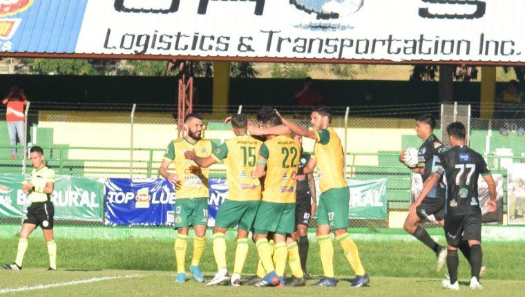 Los jugadores de Guastatoya festejan uno de los goles conseguidos en el triunfo frente a Sanarate. (Foto Guastatoya).