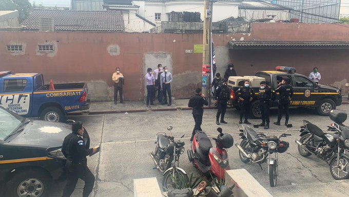 Agentes de la PNC llegan al Centro de Justicia Civil, en la 6a. avenida A, 12-57, en zona 9. (Foto Prensa Libre:)
