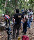 Técnicos de instituciones toman muestras de líquidos encontrados en un área del campo Atzam, Cobán, Alta Verapaz. (Foto: MP)