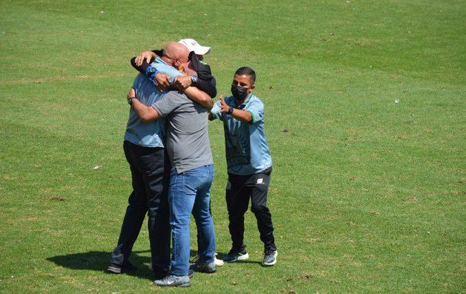 Willy Olviera celebra con los integrantes de su cuerpo técnico, después del final del partido contra Municipal. Foto Mynor Sandoval.