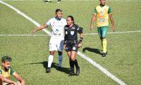 La árbitra nacional Astrid Gramajo durante su debut en la Liga Nacional. (Foto Prensa Libre: Cortesía Andrés N.)
