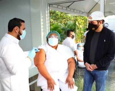 La enfermera Mirna Moreno fue la primera persona que fue vacunada contra el covid-19 en El Salvador. (Foto Prensa Libre: Presidencia El Salvador)