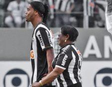 Orgulloso, Ronaldinho junto a su mamá Miguelina.