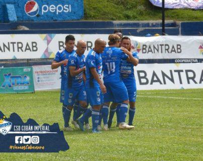 Los jugadores de Cobán festejan el tanto de Pedro Altán contra Municipal. (Foto Cobán Imperial).