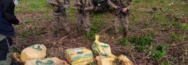 Bultos encontrados en una narcoavioneta asegurada en Petén. (Foto: Mingob)