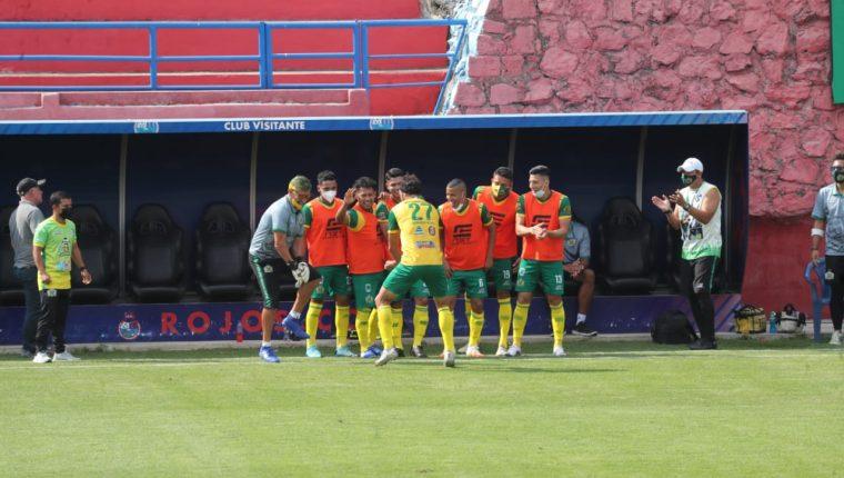 Los jugadores de Guastatoya festejan el gol de Landín contra Municipal. (Foto Prensa Libre: Érick Ávila).