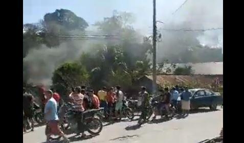 Turba quema vivienda en Melchor de Mencos, Petén. (Foto: captura de Facebook)