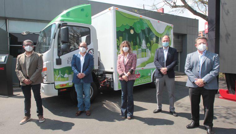 Personeros de Grupo Codaca entregaron los nuevos camiones a directivos de PepsiCo. Foto Prensa Libre: Norvin Mendoza