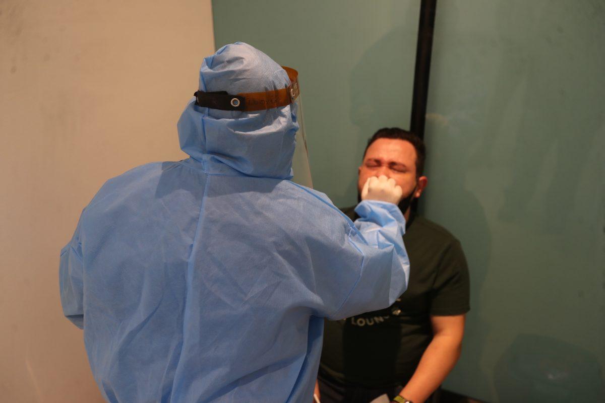 Pruebas en laboratorios privados siguen sin control de Salud